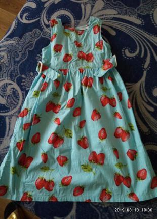 Очень красивое легкое платье в клубничках oviess на 6-7 лет