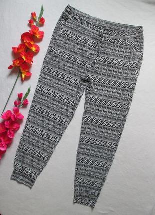 Стрейчевые  брюки спортивного типа в орнамент большого размера...