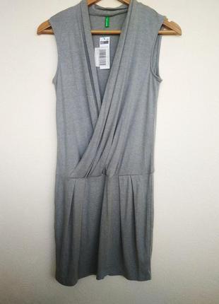 Приятное платье benetton светло-серого цвета.