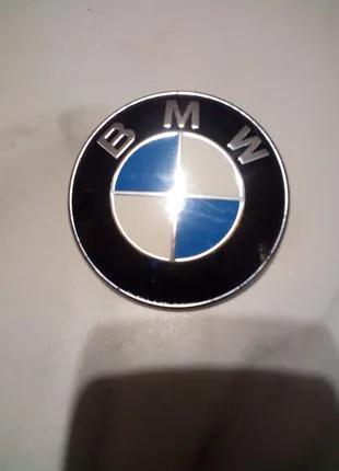 Эмблема крышки багажника BMW.