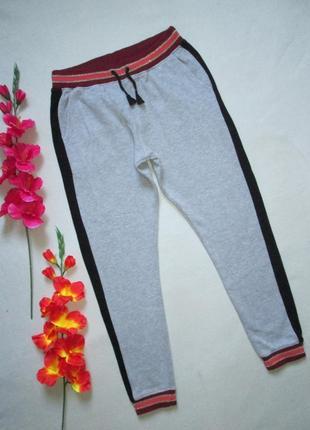 Теплые спортивные брюки серый меланж с лампасами контрастным п...