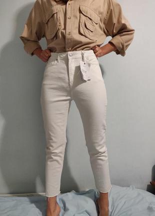 Белые джинсы moms jeans с высокой талией