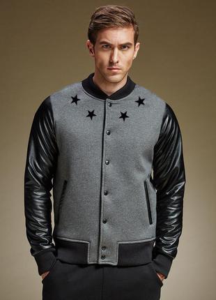 Стильная куртка бомбер с кожаными рукавами