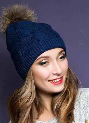 Синяя женская шапка с помпоном