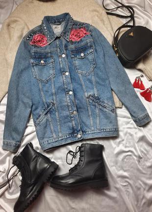 Джинсовая куртка с нашивками и шипами