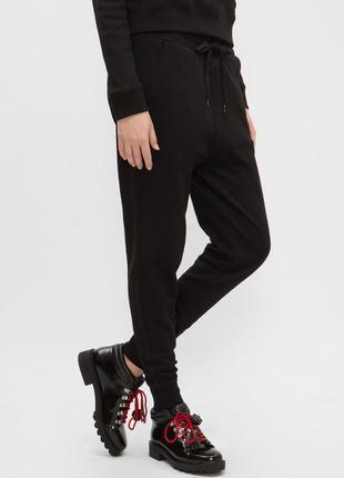 Трикотажные стрейчевые спортивные черные брюки с манжетами и н...