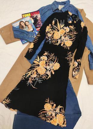 Платье чёрное в бежевый оранжевый цветочный принт миди с длинн...