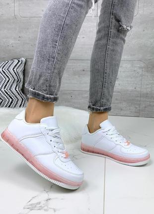 Стильные белые кроссовки на розовой подошве
