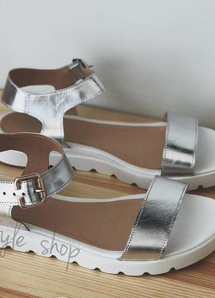 Серебристые летние сандалии