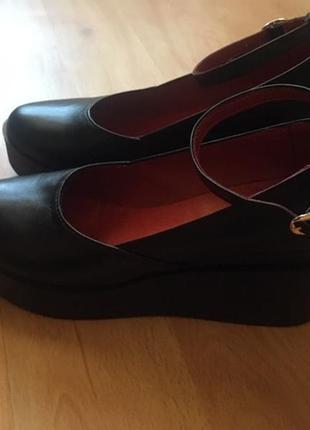 Туфли из натуральной кожи на невысокой платформе, танкетке с р...