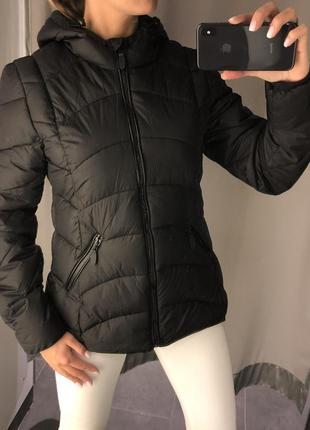 Чёрная стёганая куртка с карюшоном. amisu. размеры уточняйте.