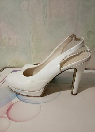 Туфли, босоножки белого цвета. раз.40, стелька 25