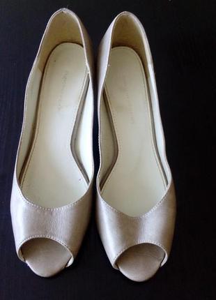 Бежевого цвета туфли с открытым носочком. бренд dorothy perkins