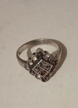 Качественное кольцо под серебро, со вставками камешков