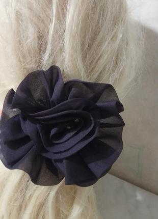 Объемная, красивая заколка -цветок на резиночке.