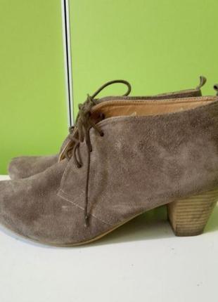 Стильные замшевые полуботинки на шнуровке.по стелька 25,5см