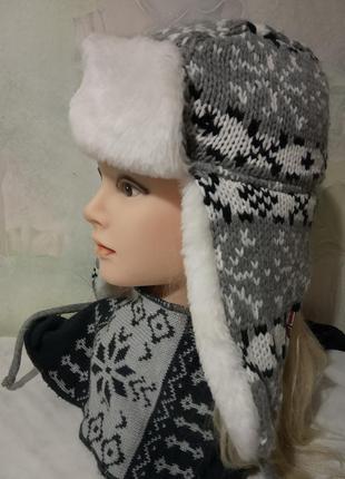 Шапка-ушанка с искусственным мехом, с красивым орнаментом.