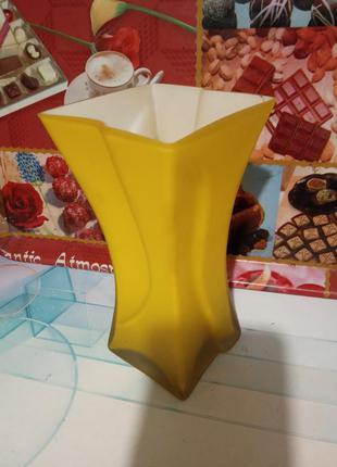 Шикарная, матовая, яркая ваза для цветов. цвет жёлтый.