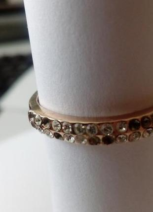 Кольцо с камнями в два ряда, металл под золото. раз.19