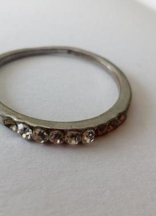 Кольцо с камнями, металл под серебро. раз.18