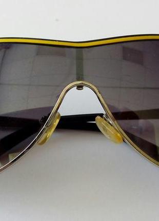 Очки стильные, в оправе с желто-оранжевой полосой. цвет линз: ...