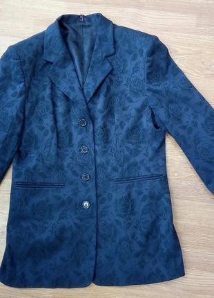Стильный, удлиненный пиджак темно-синего цвета, с цветочным ти...