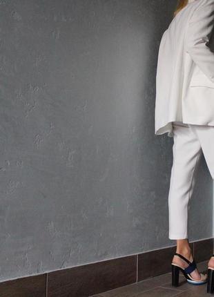 Белый классический брючный костюм удлиненный пиджак жакет