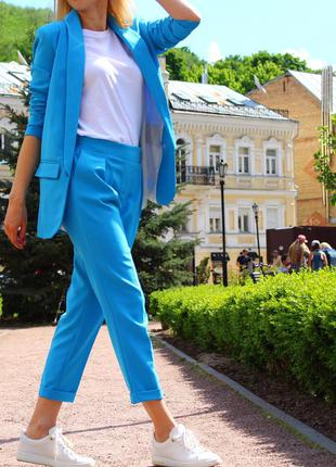 Классический брючный костюм удлиненный пиджак жакет яркий голубой