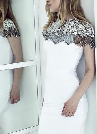 Нарядное облегающее бандажное белое платье футляр со стразами ...