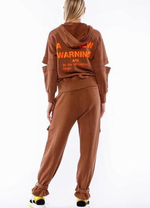 Стильный спортивный брендовый костюм коричневый бежевый с прин...