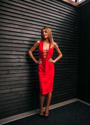 Элегатное стильное вечернее красное платье с глубоким вырезом