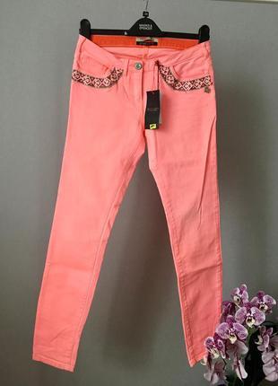 Яркие джинсы с вышивкой от maison scotch