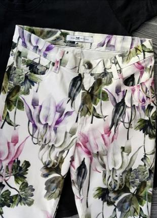 Белые штаны брюки в цветочный принт