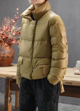 Короткая куртка пуховик свободного кроя горчичного цвета
