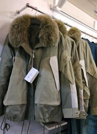 Оригинальная короткая куртка на пуховой подстежке
