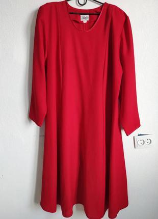 Красное креповое платье миди с накидкой