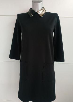 Стильное платье с накладными карманами и пайетками на воротничке