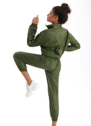 Спортивный костюм темнозеленого цвета