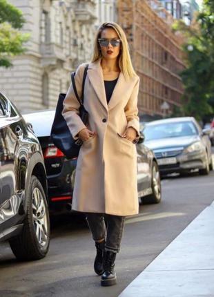 Стильное бежевое кашемировое пальто