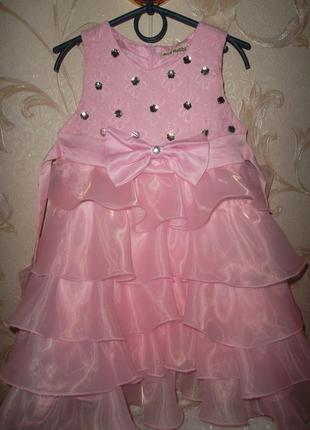 Нарядное платье на девочку розовое 4-5л