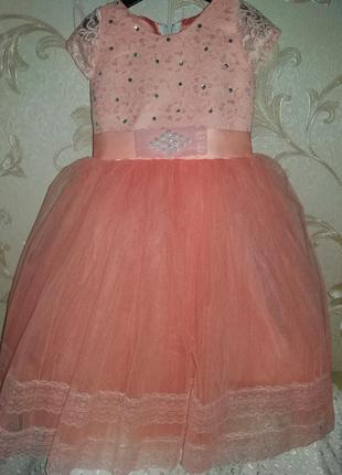 Нарядное платье на девочку персик 4-5л