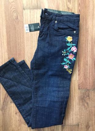 Темно синие джинсы с вышивкой