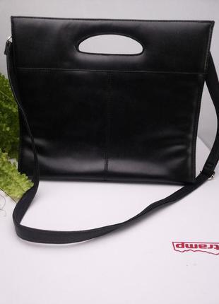 Черная сумка. держит форму. идеальное состояние