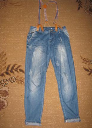 Классные джинсы-бойфренды с подтяжками
