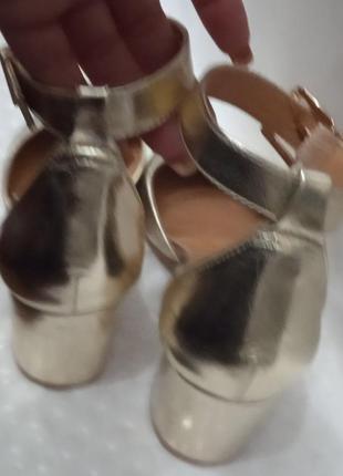 Шикарные золотые туфельки королевы