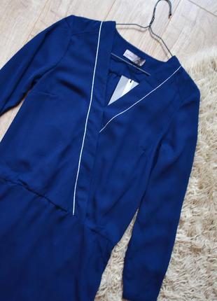 Платье с контрастной серебристой линией декольте