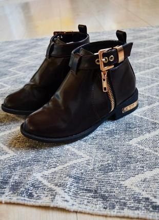 Ботинки с ремешком