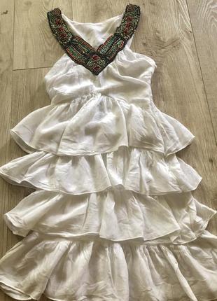 Белое платье рюшами с вышевкой на груди размер с