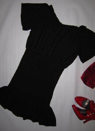 Женственное платье с воротом-лодочкой, присборенное от талии