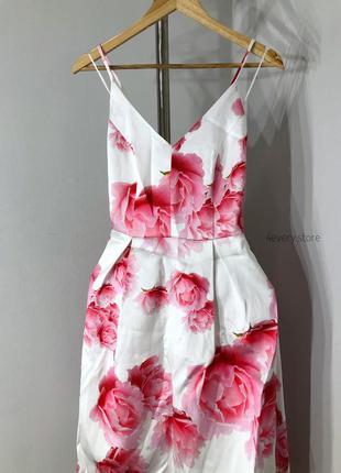 Шикарное каскадное платье миди в цветы.